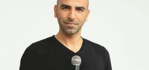 אסף מור יוסף במופע סטנד-אפ בישראל